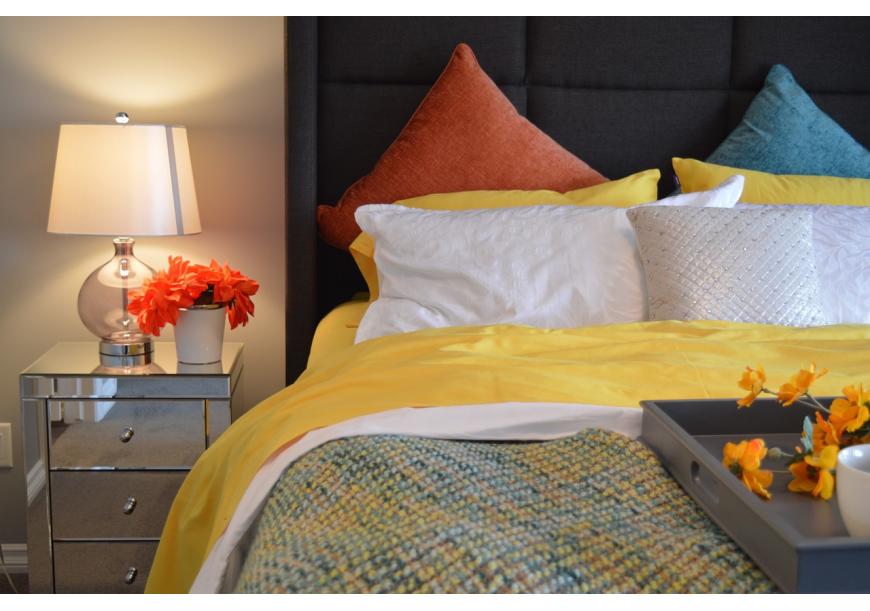 łóżko z poduszkami z puchu